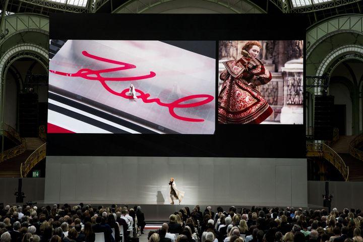 Twilda Swinton rend hommage au couturier Karl Lagerfeld au Grand Palais le 20 juin 2019 (MATHIEU BONNIN)