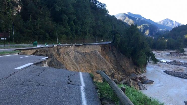 Une route détruite à La Bollène-Vésubie (Alpes-Maritimes), le 3 octobre 2020, après le passage de la tempête Alex. (VINCENT-XAVIER MORVAN / AFP)