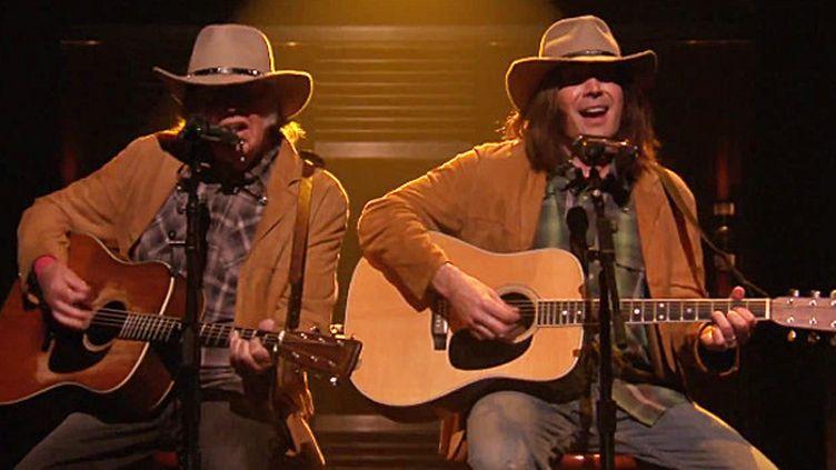 """Neil Young et Jimmy Fallon en Neil Young au """"Tonight Show"""" le 3 février 2015.  (NBC / Saisie écran)"""