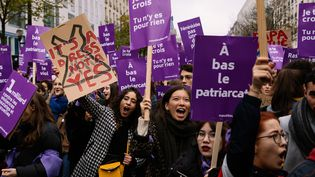 Des manifestantes lors de la marche #NousToutes contre les violences sexistes et sexuelles, le 23 novembre 2019 à Paris. (MARIE MAGNIN / AFP)