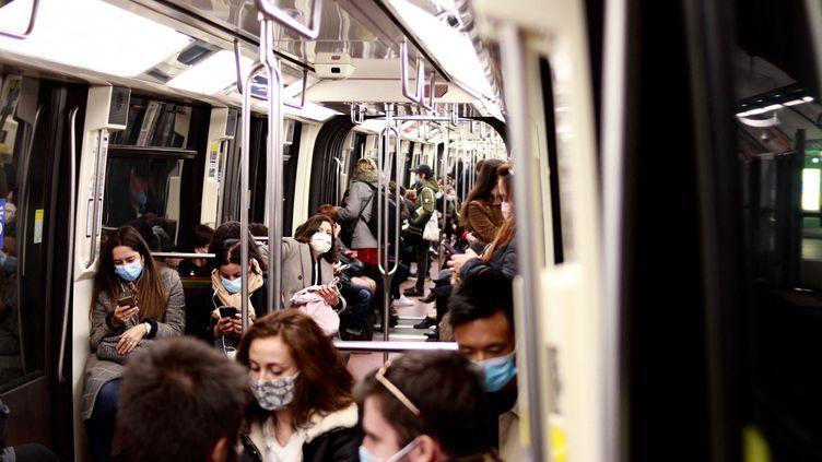 Des Parisiens dans le métro (illustration). (AURÉLIEN ACCART / RAFIOFRANCE)