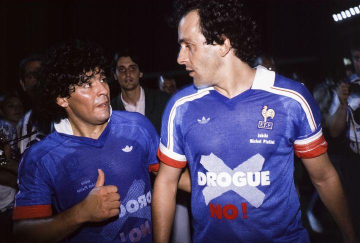 Michel Platini et Diego Maradona, à Nancy, le 23 mai 1988. (GEORGES MERILLON / GAMMA-RAPHO / GETTY IMAGES)