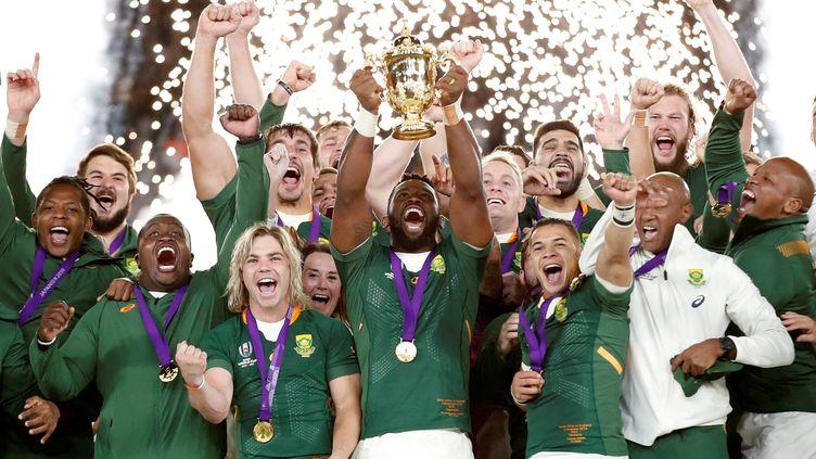 L'équipe sud-africaine de rugby célèbre son triomphe après sa victoire en finale de Coupe du monde, le 2 novembre 2019, à Yokohama au Japon. (MATTHEW CHILDS / X03810)
