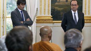 L'écologiste Nicolas Hulot et François Hollande face à des représentants religieux impliqués dans les problèmes environnementaux, le 10 décembre 2015 à l'Elysée. (MICHEL EULER / AFP)