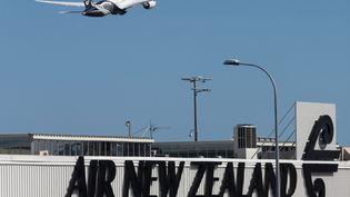 Un avion au départ de l'aéroport d'Auckland (Nouvelle-Zélande), le 20 septembre 2017. (NIGEL MARPLE / REUTERS)