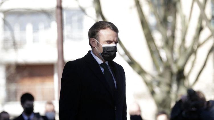 Emmanuel Macron assiste à la cérémonie d'hommage aux victimes du terrorisme au monument des Invalides à Paris, le 11 mars 2021. (THIBAULT CAMUS / AFP)