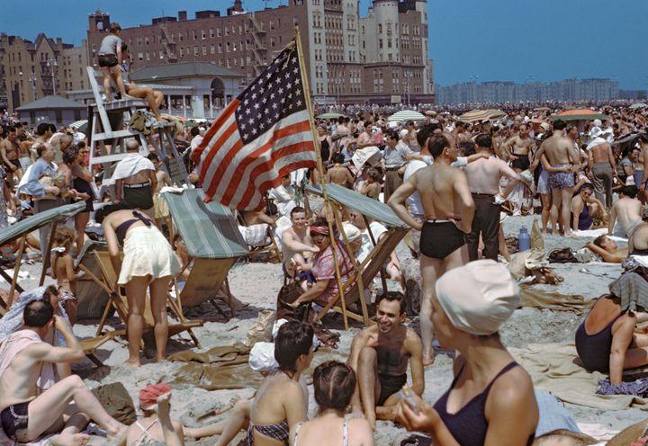 Foule à la plage, Coney Island, New York, USA, 1946  (Paul Senn)
