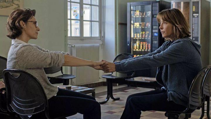 """Géraldine Pailhas et Sophie Marceau dans """"Tout s'est bien passé"""" de François Ozon (2021). (CAROLE BETHUEL./ MANDARIN PRODUCTION / FOZ)"""