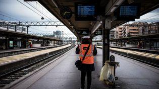 Un employé de la SNCF à la gare de Lyon Part-Dieu, durant la première journée de grève des cheminots, le 2 avril 2018. (JEFF PACHOUD / AFP)