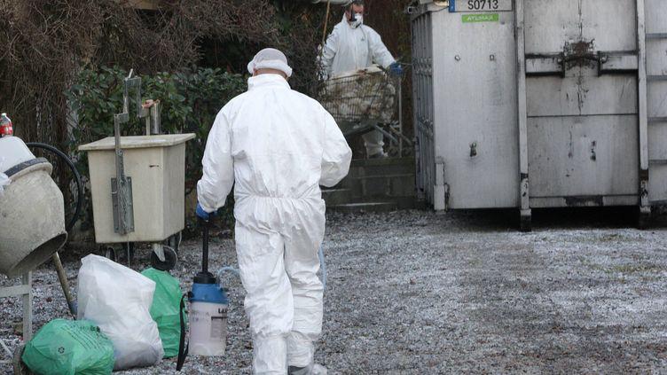 Désinfection des locaux de l'exploitation de canards, à Eugénie-les-Bains (Landes), par l'équipe sanitaire le 13 décembre 2016. (BATS PASCAL / MAXPPP)
