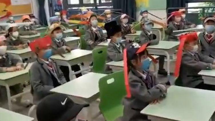 Capture d'écran d'une vidéo montrant des élèves de retour à l'école à Hangzhou (Chine), le 26 avril 2020. (PEOPLE'S DAILY CHINA)
