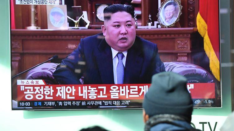 Des personnes regardent l'allocution de Kim Jong-un pour le Nouvel An à Séoul (Corée du Sud), le 1er janvier 2019. (JUNG YEON-JE / AFP)