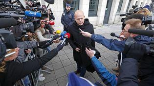 L'avocat belge Sven Mary, qui défend Salah Abdeslam, devant le tribunal de Bruxelles, en Belgique, le 7 avril 2016. (YVES HERMAN / REUTERS)