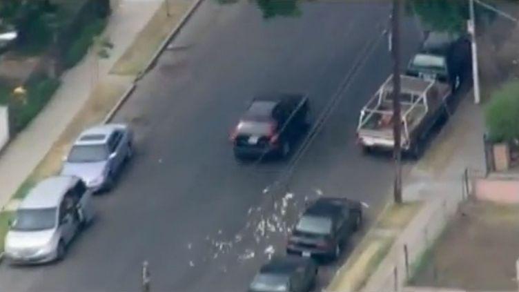 Des braqueurs de banque jettent leur butin par les fenêtres de leur voiture, le 12 septembre 2012 àLos Angelesen Californie (Etats-Unis). (FTVI / APTN)