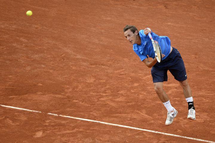 Nicolas Devilder au service contre Novak Djokovic, le 1er juin 2012 à Roland-Garros. (PASCAL GUYOT / AFP)