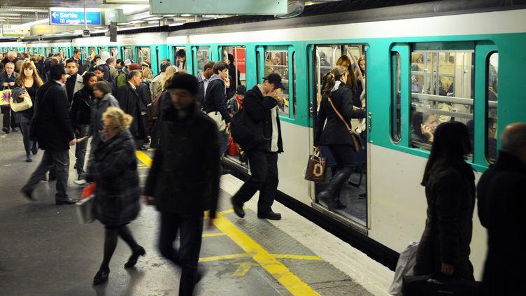Des passagers dans le métro parisien, le 28 octobre 2010. (MIGUEL MEDINA / AFP)