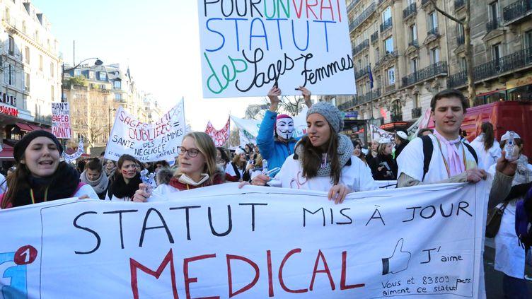 Des sages-femmes manifestent, le 16 décembre 2013, à Paris, pour obtenir la revalorisation de leur statut. (CITIZENSIDE / ANTHONY DEPERRAZ / AFP)
