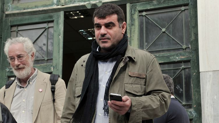 Le journalisteCostas Vaxevanis, à sa sortie du tribunal d'Athènes, le 1er novembre 2012. (LOUISA GOULIAMAKI / AFP)