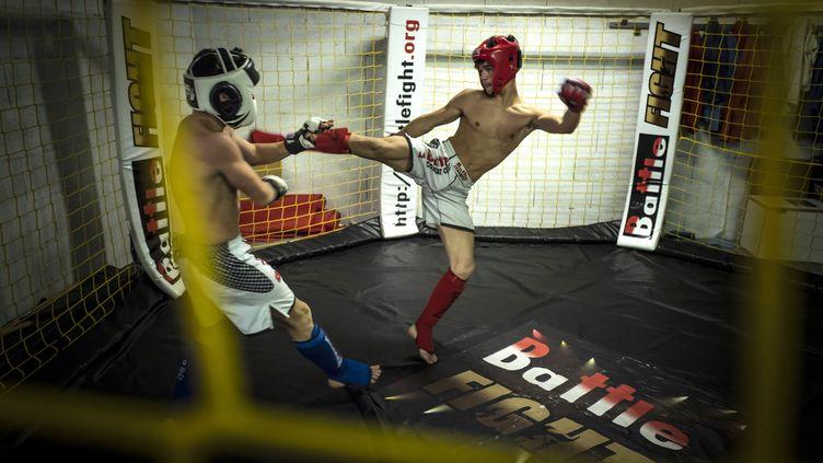 Des membres d'un club amateur de MMA, lors d'un combat, le 29 octobre 2018, à Chauffailles (Saöne-et-Loire). (JEAN-PHILIPPE KSIAZEK / AFP)