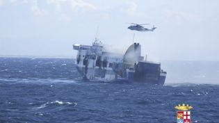 """Un hélicoptère survole le ferry """"Norman Atlantic"""" au large de l'Albanie, le 29 décembre 2014. (MARINA MILITARE/ REUTERS)"""