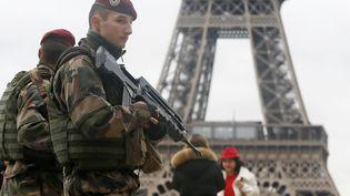 Des soldats français en patrouille devant la tour Eiffel, à Paris, dans le cadre du plan vigipirate, le 9 janvier 2015. (GONZALO FUENTES / REUTERS)