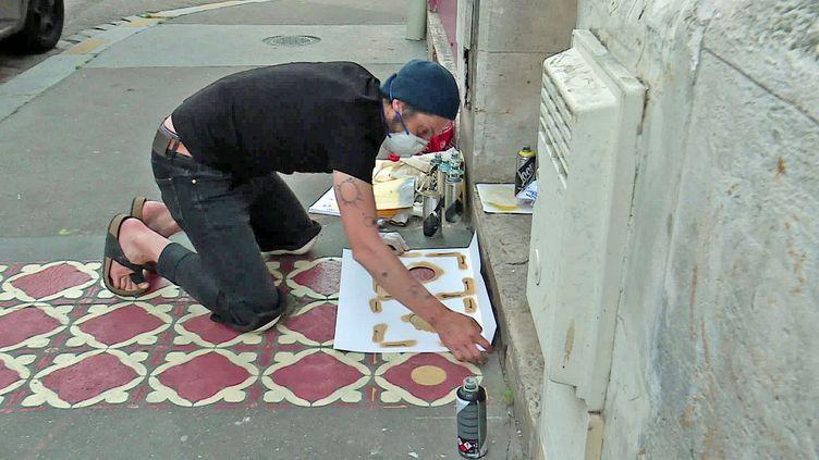 Le graffeur Injko peint des tapis graphiques dans les rues de Rouen (France 3 Normandie)