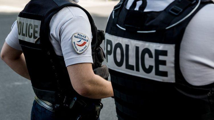 Des policiers font le pied de grue sur un rond-point à Lyon, le 20 juin 2019 (NICOLAS LIPONNE / NURPHOTO)