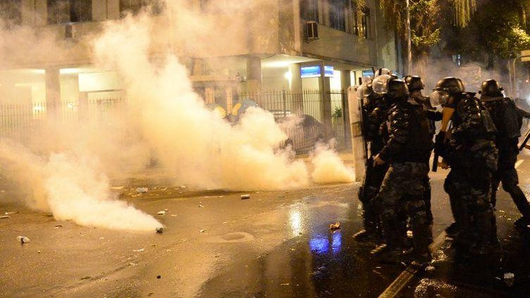 Des policiers et des manifestants s'affrontent à Rio (Brésil), en marge de la manifestation du jeudi 11 juillet 2013. (TASSO MARCELO / AFP)