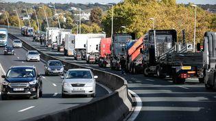 Des forains tentent de bloquer la circulation autour de Paris, ici sur l'A13 à hauteur de Saint-Cloud, lundi 6 novembre 2017. (MAXPPP)