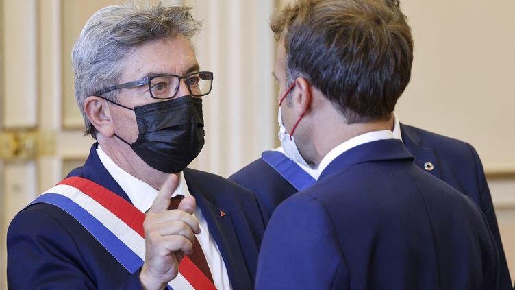 Emmanuel Macron s'entretient avec leleader de La France insoumise, Jean-Luc Mélenchon, à Marseille (Bouches-du-Rhône) le 1er septembre 2021. (LUDOVIC MARIN / AFP)