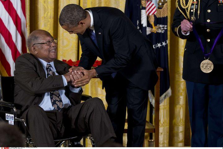 Barack Obama remet la Médaille Nationale des Arts à Ernest J. Gaines durant une cérémonie à la Maison Blanche, le 10 juillet 2013. (CAROLYN KASTER/AP/SIPA / AP)
