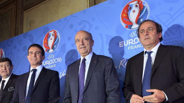 De gauche à droite : Patrick Kanner, ministre des sports, Manuel Valls, premier ministre, Alain Juppe, maire de Bordeaux et Michel Platini, président de l'UEFA (MEHDI FEDOUACH / AFP)