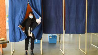 Dans un bureau de vote de Bordeaux (Gironde), le 15 mars 2020, lors du premier tour des élections municipales. (NICOLAS TUCAT / AFP)