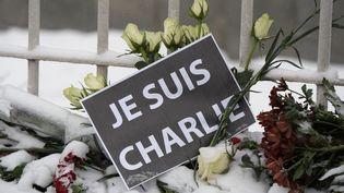 """Une pancarte """"Je suis Charlie"""" posée devant l'ambassade de France à Moscou, le 9 janvier 2015. (MAKSIM BLINOV / RIA NOVOSTI / AFP)"""