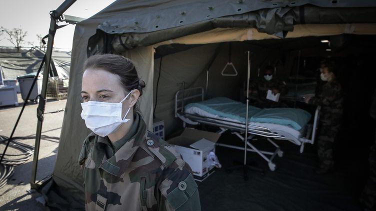 L'installation de l'EMR (Elément Militaire de Réanimation) sur le parking de l'hôpital de Mulhouse, le22 mars 2020. (PHILIPPE DE POULPIQUET / MAXPPP)