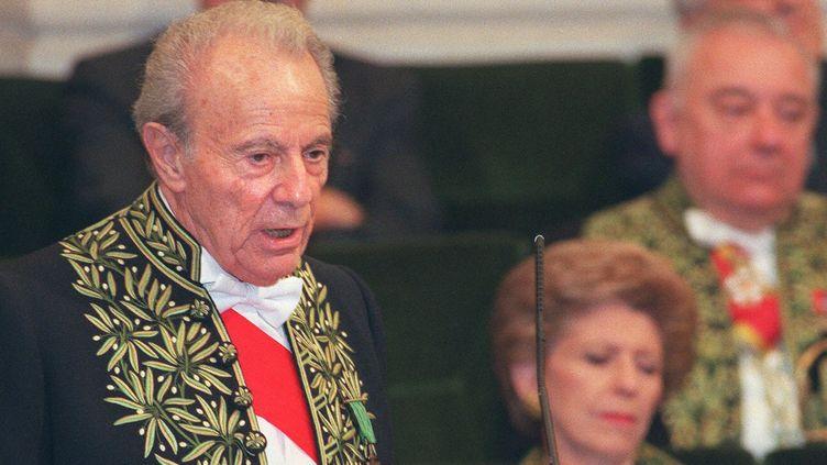 Le biologiste François Jacob lit son discours d'intronisation à l'Académie française en 1997, après avoir été élu en décembre 1996  (THOMAS COEX / AFP)