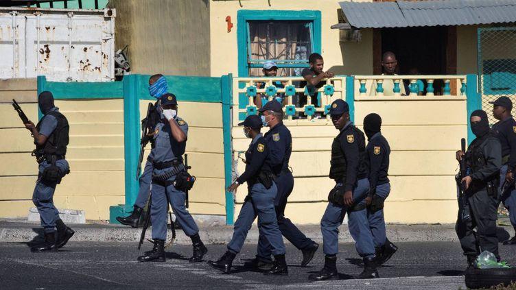 Des membres de la police dans la périphérie de Cap Town, en Afrique du Sud (illustration). (RODGER BOSCH / AFP)