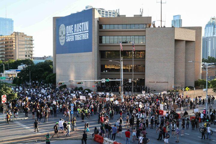 Une manifestation du mouvement Black Lives Matter devant le siège de la police d'Austin, au Texas (Etats-Unis), le 4 juin 2020. (AMERICAN-STATESMAN-USA TODAY NET / SIPA)