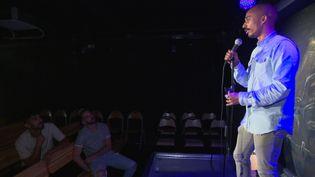 Plus d'une cinquantaine de stand-uppers se produisent chaque vendredi et samedi soir au Garage comedy club. (France 3 Marseille)