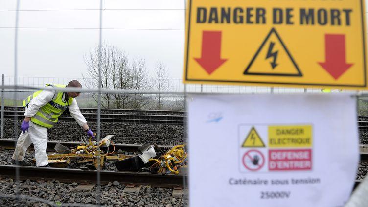 Des gendarmes enquêtent aux abords de la voie ferrée privée où trois employés d'Alstom sont morts fauchés par un train, le 1er décembre 2011 à Willeroncourt (Meuse). (JEAN-CHRISTOPHE VERHAEGEN / AFP)