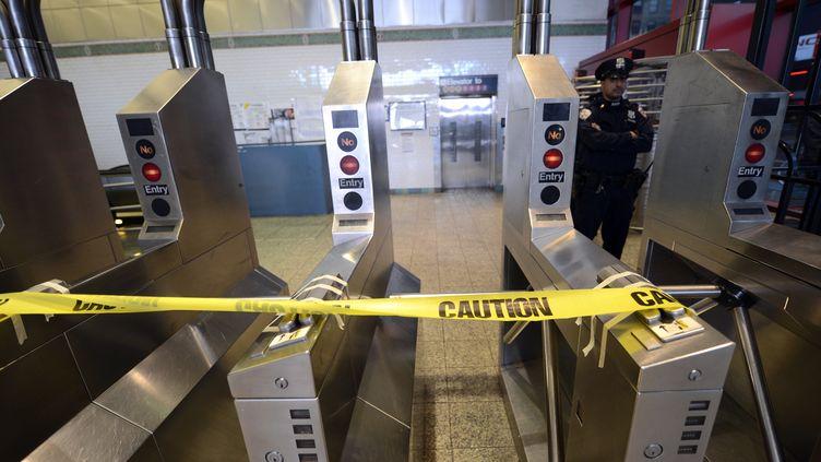 La station de métroTimes Square, à New York,est fermée et gardée par un policier, lundi 29 octobre 2012. (TIMOTHY A. CLARY / AFP)