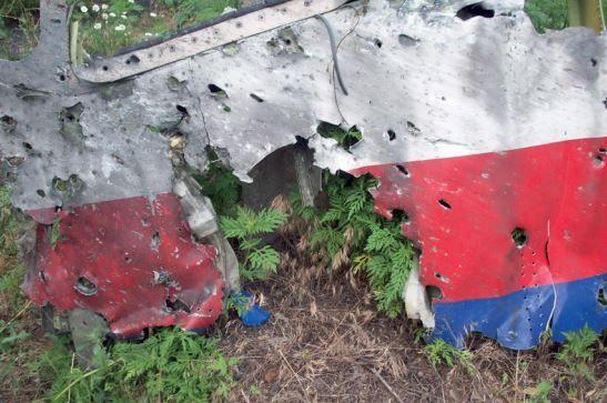 """Capture d'écran du rapport du Bureau d'enquête pour la sécurité néerlandais, qui montre des trous dans la carlingue du vol MH17, causés par des """"projectiles à grande vitesse"""". (DCA / AFP)"""