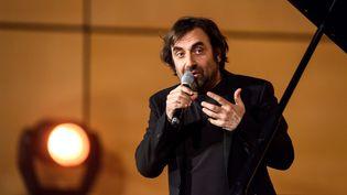 Le musicien franco-arménien André Manoukian lors du Grand concert de la Francophonie en l'honneur de l'Arménie le 13 mars 2018. (FABRICE COFFRINI / AFP)