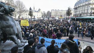 Les lycéens manifestent place Saint-Michel à Paris, le 11 décembre 2018. (STEPHANE DE SAKUTIN / AFP)