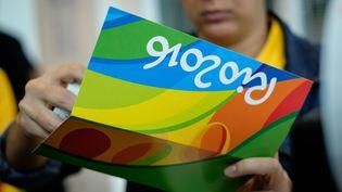 Une vendeuse de tickets pour les épreuves des jeux olympiques de Rio 2016, à Rio de Janeiro le 20 juin 2016. (YASUYOSHI CHIBA / AFP)