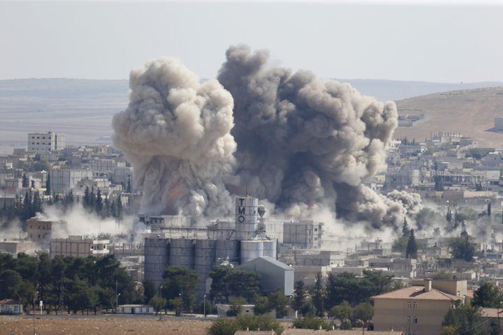 La ville de Kobané (Syrie) lors d'une frappe aérienne américaine, le 8 octobre 2014. (MURAD SEZER / REUTERS)