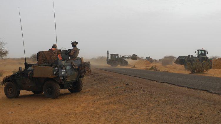 Des militaires de l'opération Barkhane, à Gossi (Mali), le 25 mars 2019. (DAPHNE BENOIT / AFP)