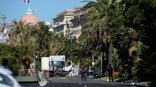 Le camion frigorifique utilisé dans l'attaque terroriste de Nice, sur la promenade des Anglais le lendemain des faits, le 15 juillet 2016. (ANDREAS GEBERT / AFP)