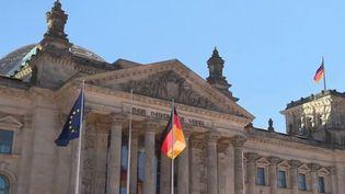 Les fonctionnaires allemands des régions viennent d'obtenir une augmentation de 8,8% de leurs salaires sur trois ans. Et ce un après une hausse similaire pour les fonctionnaires de l'État. (FRANCE 2)