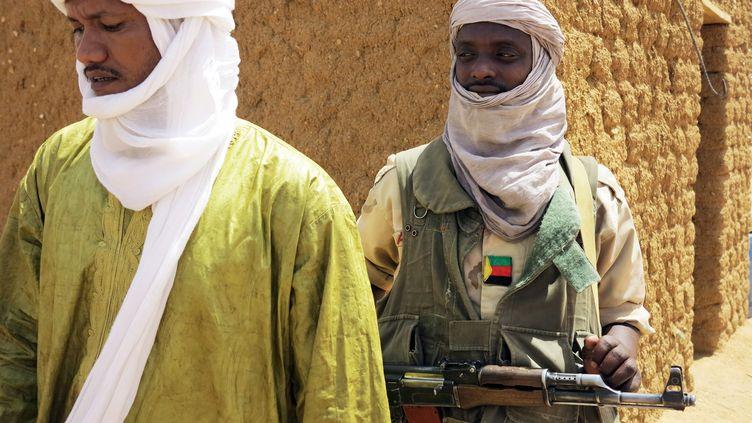 Des membres du MNLA montent la garde devant une assemblée régionale, le 24 juin 2013, à Kidal (Mali). ( REUTERS)